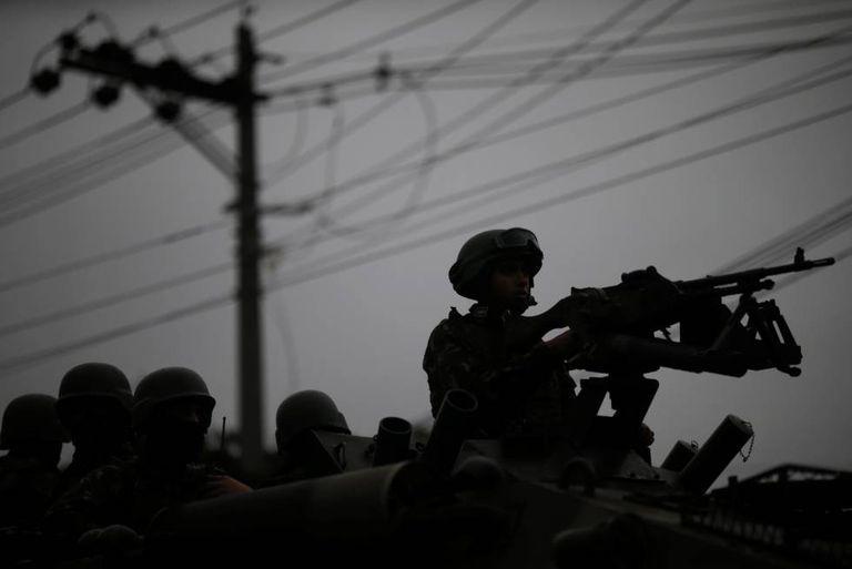 Forças armadas realizam operação contra o crime organizado no bairro Manguinhos, na zona norte do Rio de janeiro.
