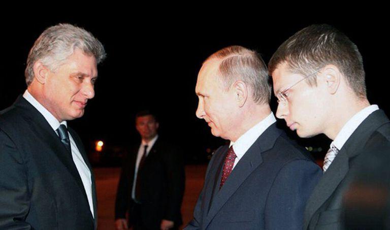 O primeiro vice-presidente de Cuba, à esquerda, recebe Putin no aeroporto de Havana.