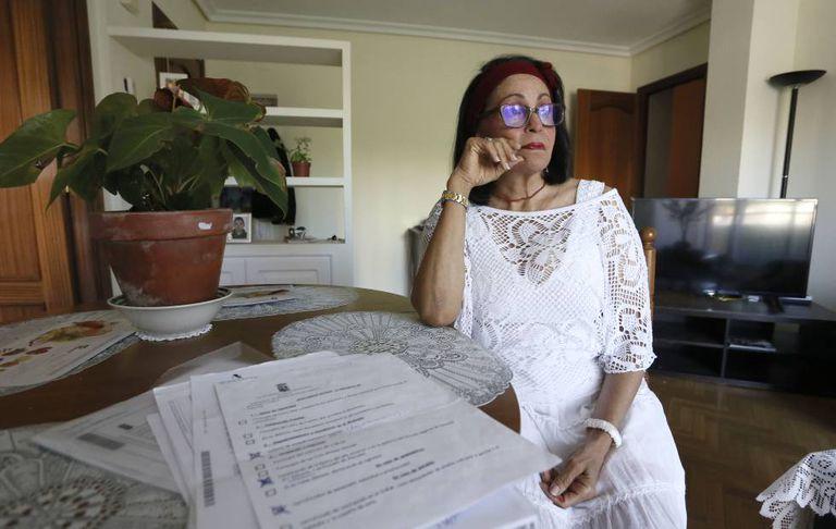 Nadezka Medina, em sua casa, com os documentos para solicitar ajuda ao Governo espanhol.