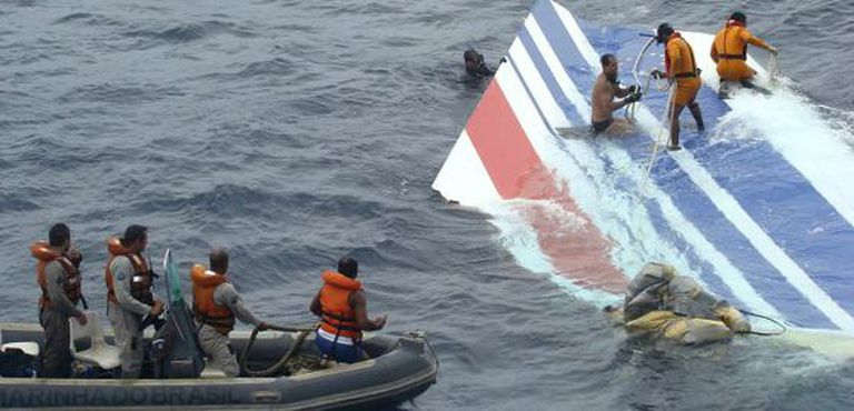 Militares recuperam parte da fuselagem do avião da Air France.
