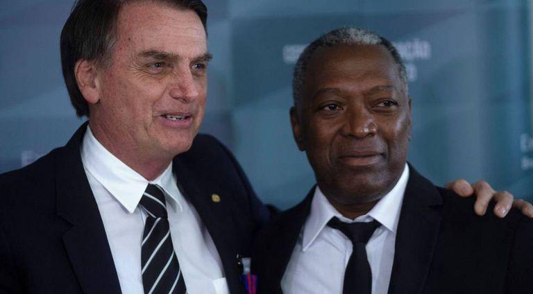 Bolsonaro e o soldado Celso Morais. O presidente eleito foi condecorado pelo Exército por ter resgatado Morais quando os dois serviam, em 1978.