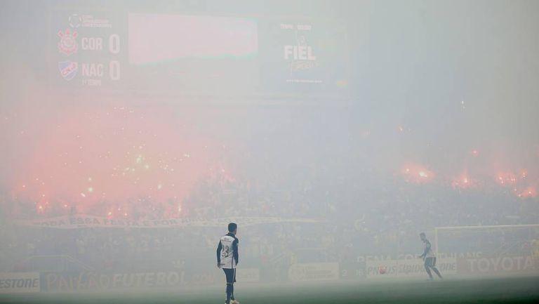 Corintianos acendem os sinalizadores no jogo contra o Nacional, pela Libertadores de 2016.