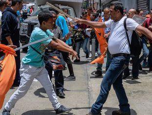 Simpatizantes e opositores de Leopoldo López se enfrentam.