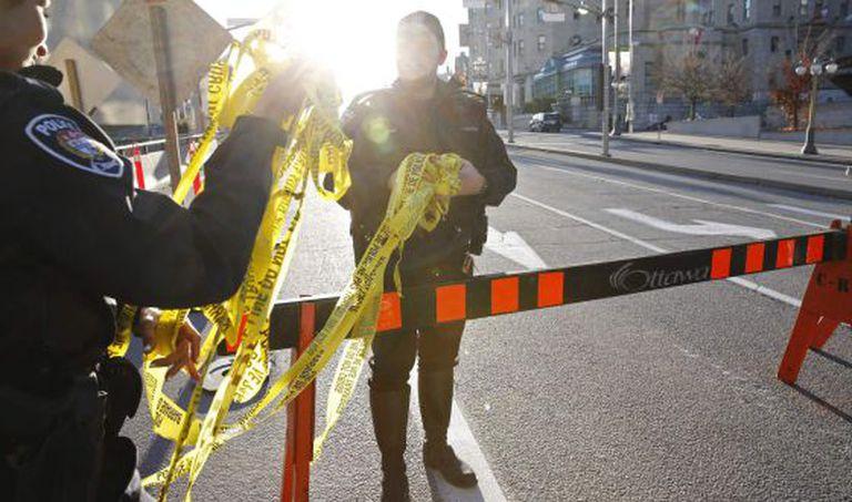 Agentes policiais em Ottawa, na quarta-feira.