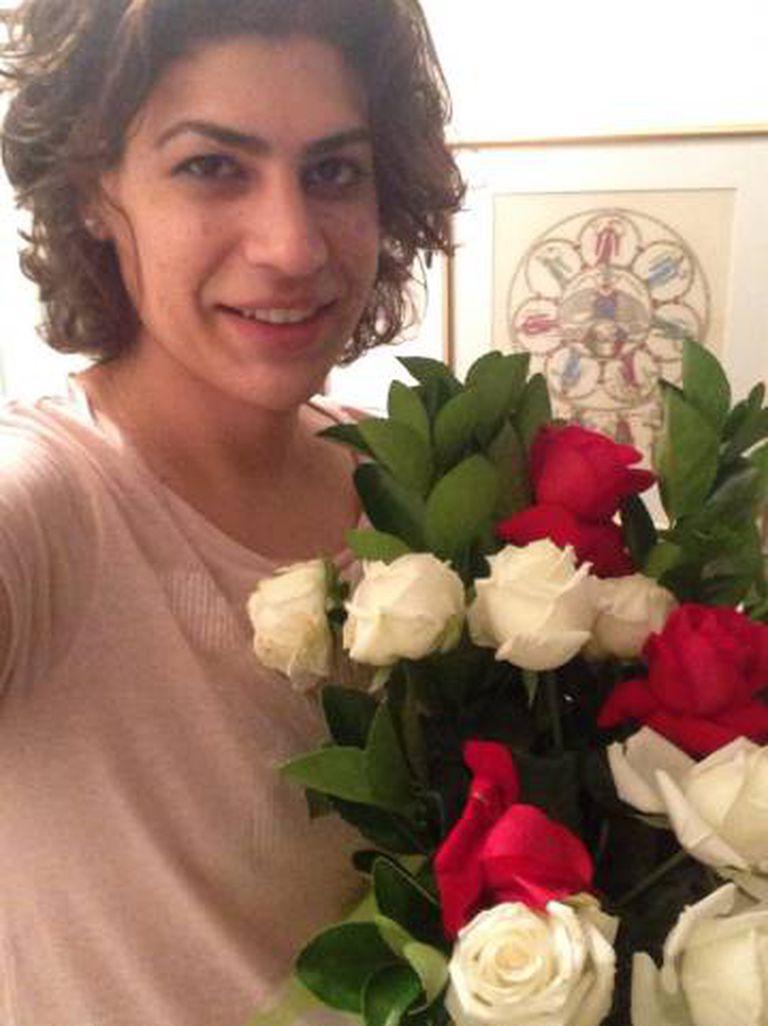 Luiza Coppieters, em 2014, com flores recebidas dos alunos