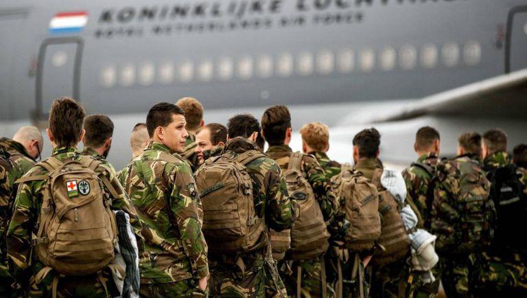 Soldados holandeses embarcam em um avião para participar nos exercícios militares da OTAN na Noruega.