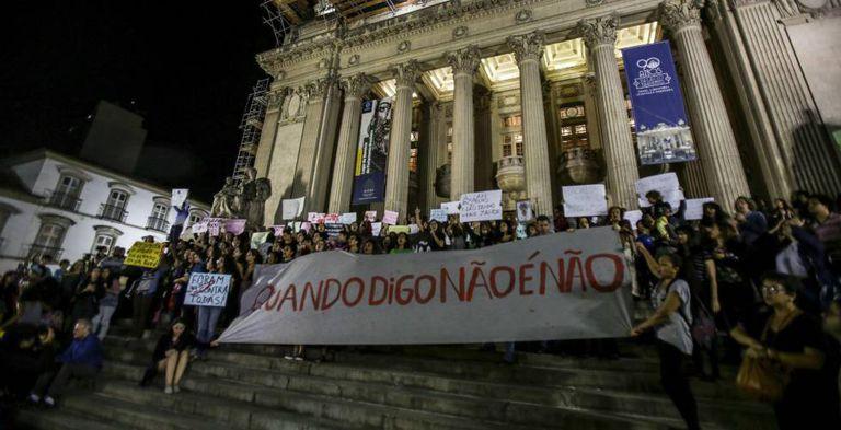 Ativistas no Teatro de Municipal em protesto contra estupro.