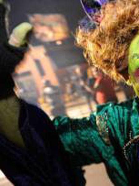 Uma mulher fantasiada de bruxa participa de um desfile em Salem, Massachusetts (Estados Unidos), em 4 de outubro de 2018.