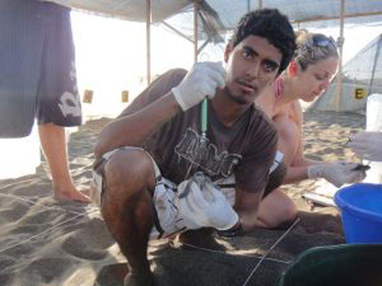 O ambientalista Jairo Mora na praia Moín, Costa Rica em 2011.