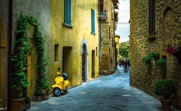Uma rua da vila de Pienza, na Toscana (Itália).