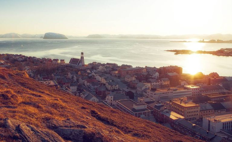 Amanhecer na cidade de Hammerfest, no norte da Noruega