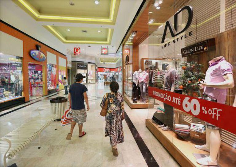 Consumidores de Brasília em shopping da capital.