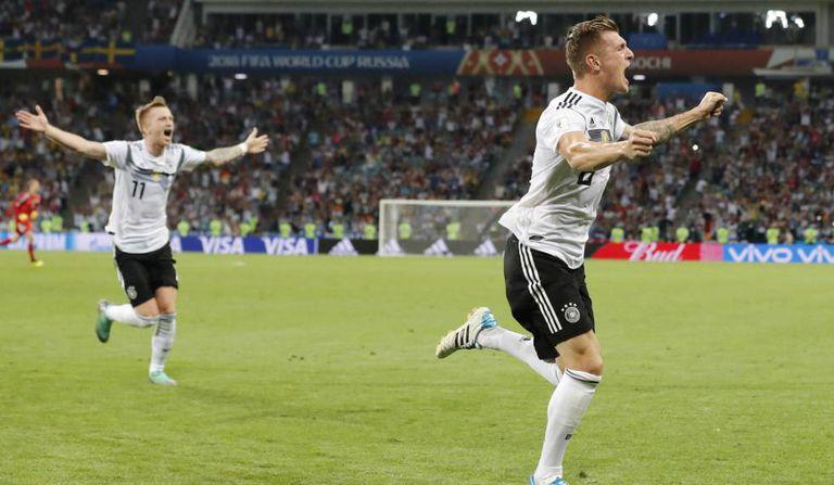 Kroos e Reus comemoram gol que tirou a Alemanha do sufoco.