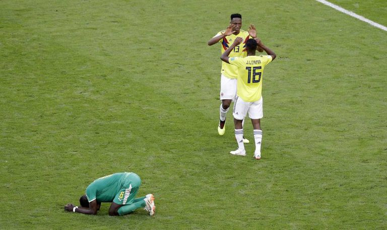 Yerry Mina e Jefferson Lerma celebram o passe da Colômbia enquanto Sane se lamenta.