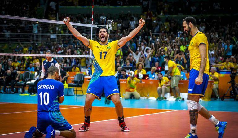 Serginho, Evandro e Maurício Borges comemoram ponto contra a Itália na final.