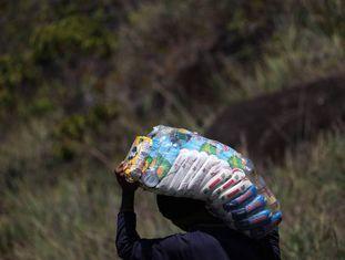 Um venezuelano regressa a seu país ilegalmente carregado de alimentos brasileiros.