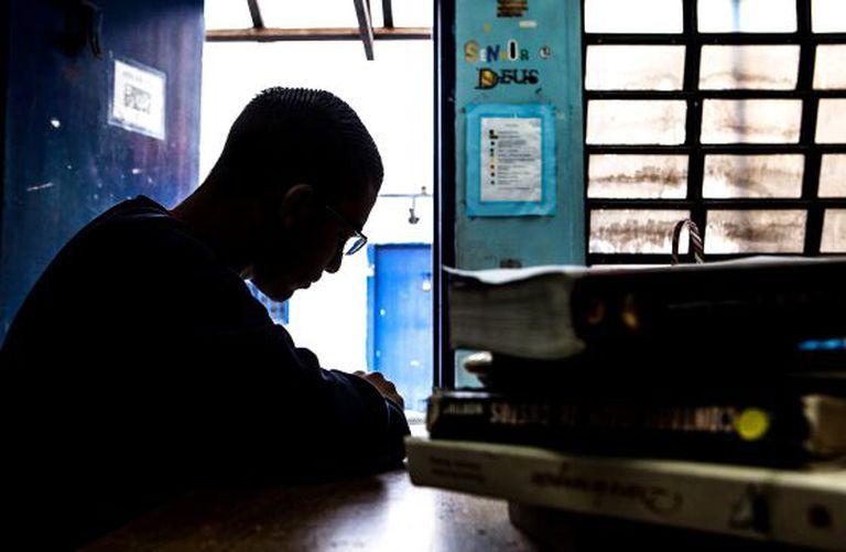Sérgio, na biblioteca de seu centro de internação.