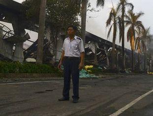 Um vigilante em uma fábrica chinesa que foi incendiada no Vietnã.