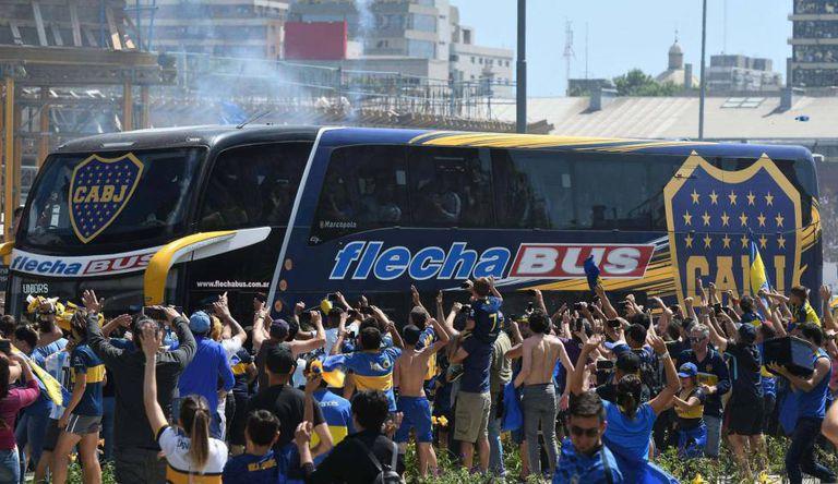 Ônibus do Boca Juniors foi atacado por torcedores do River no Monumental.