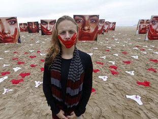 Uma voluntária da ONG Rio de Paz posa na praia da Copacabana, no Rio de Janeiro, em um protesto contra a violência sexual em novembro de 2016.