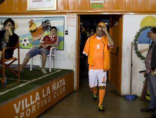 Scioli jogando futebol num subúrbio de Buenos Aires.