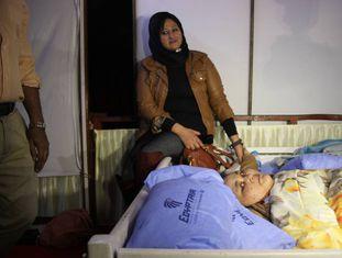 Eman Ahmed, na cama, junto a sua irmã Shaimaa, em 11 de fevereiro, no hospital.