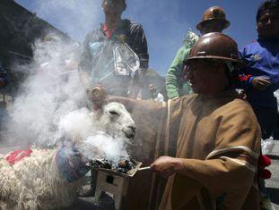 Um mineiro segura uma tocha durante um ritual carnavalesco em Oruro.