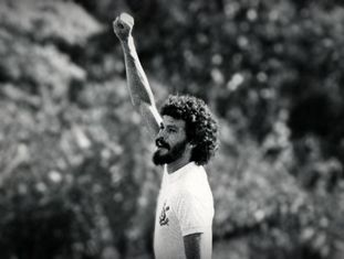 Sócrates comemorava seus gols com o punho cerrado.