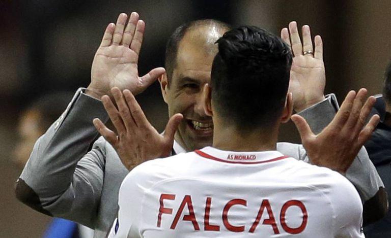Falcao celebra o triunfo na Liga dos Campeões com seu treinador Leandro Jardim.