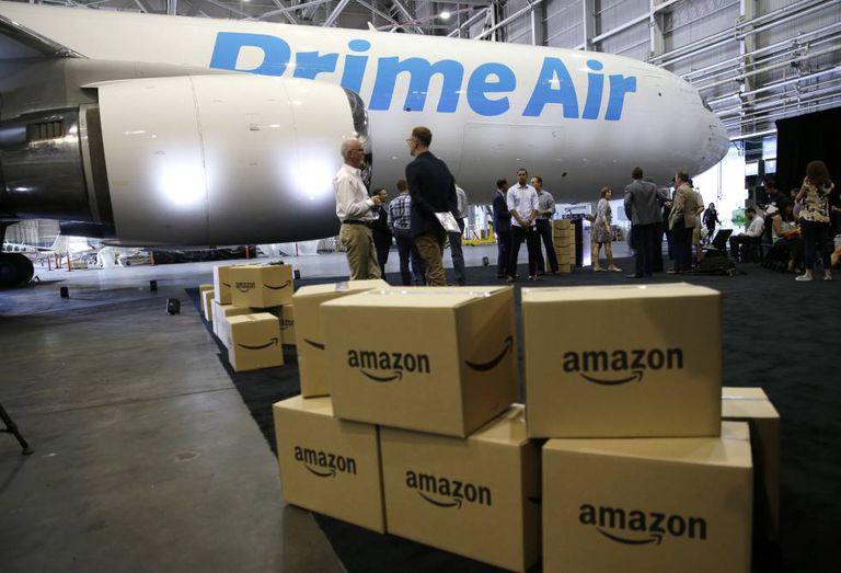 Caixas da Amazon em frente ao primeiro avião da sua nova frota.