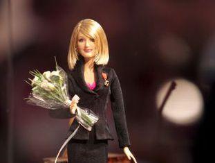 Uma boneca Barbie com a cara da escritora J. K Rowling.