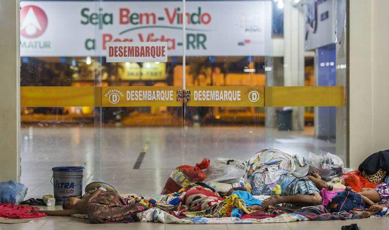 Imigrantes venezuelanos passam a noite no chão da rodoviária de Boa Vista.