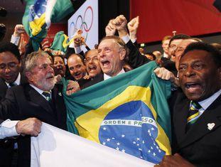 O ex-presidente Lula e o futebolista Pelé comemoram, em 2009, a escolha do Rio como sede da Olimpíada de 2016.