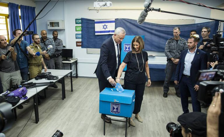 O cabeça de lista da coligação Azul e Branco, Benny Gantz, deposita seu voto junto com a esposa nos arredores de Tel Aviv.