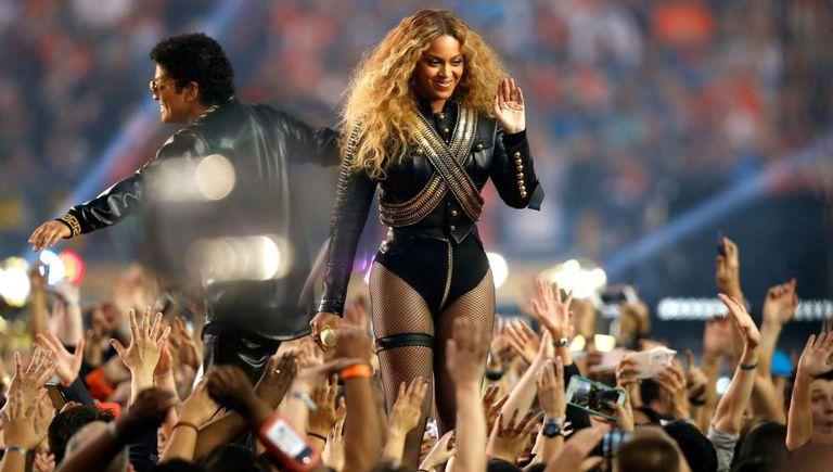 Beyoncé ao lado de Bruno Mars em sua apresentação no Super Bowl 2016.