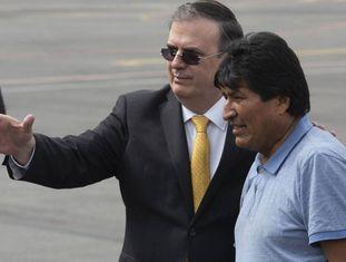 O ministro das Relações Exteriores do México, Marcelo Ebrard, ao lado do ex-presidente da Bolívia, Evo Morales.