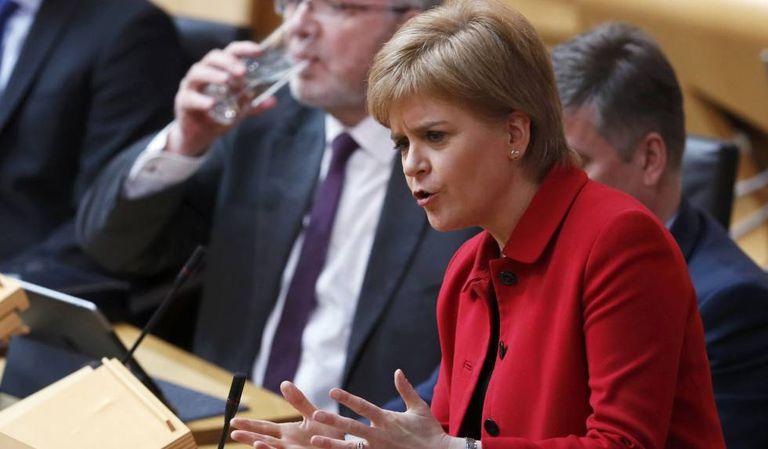 A ministra-chefe escocesa, Nicola Sturgeon, durante o debate no Parlamento escocês nesta terça.