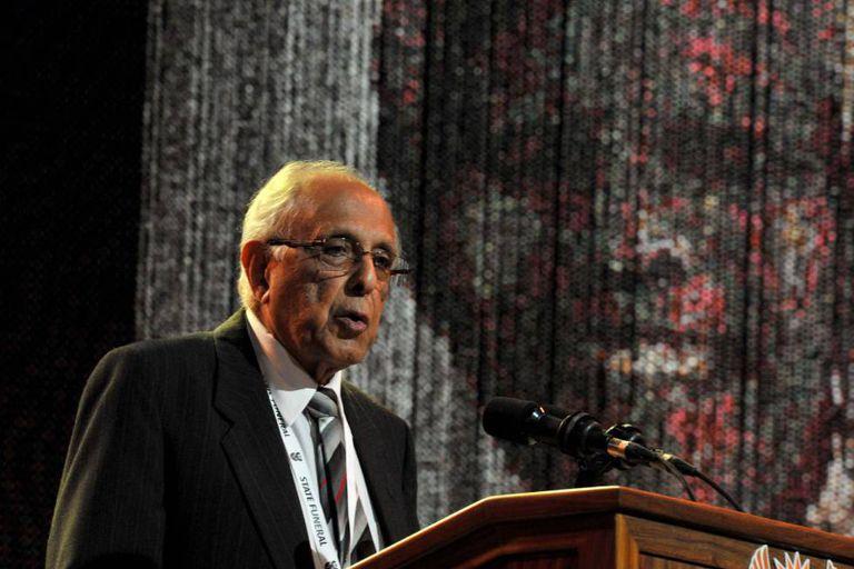 Ahmed Kathrada em foto de arquivo de 15 de dezembro de 2013, durante o funeral de Nelson Mandela.