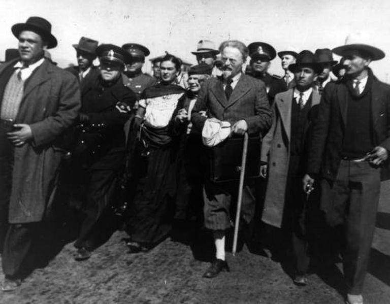 Em 9 de janeiro de 1937, Leon Trótski chega ao México. Frida Kahlo e Diego Rivera integram a comitiva de boas-vindas em Tampico.