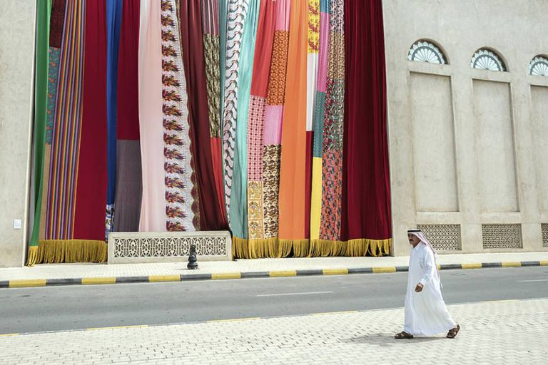 Obra têxtil do artista libanês Joe Namy exposta na última bienal de arte de Sharjah, em março.