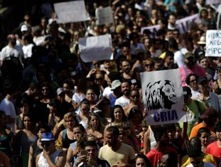 Manifestantes realizam marcha no Complexo da Maré, no Rio, em repúdio ao assassinato da vereadora Marielle Franco (PSOL).