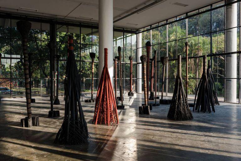 Esculturas de madeira de Frans Krajcberg.
