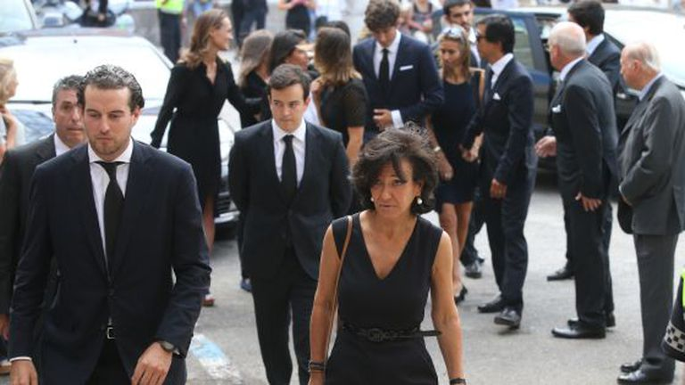 Ana Patricia Botín, durante o funeral de seu pai, acompanhada por seus irmãos e sobrinhos.
