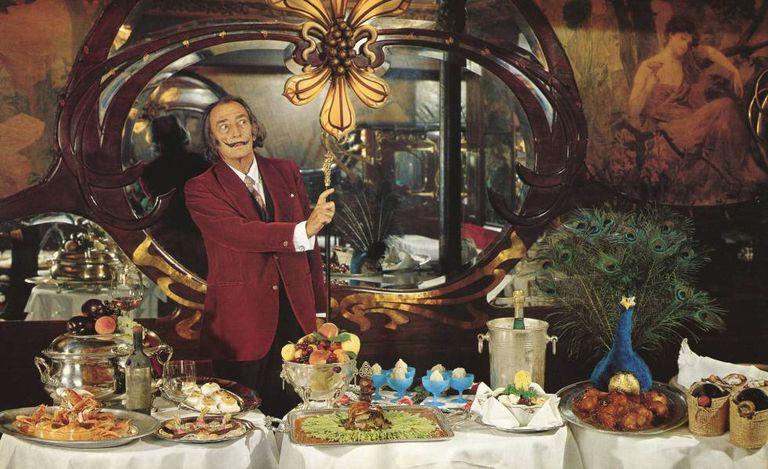 Salvador Dali, em uma das fotografias de seu livro de receitas.