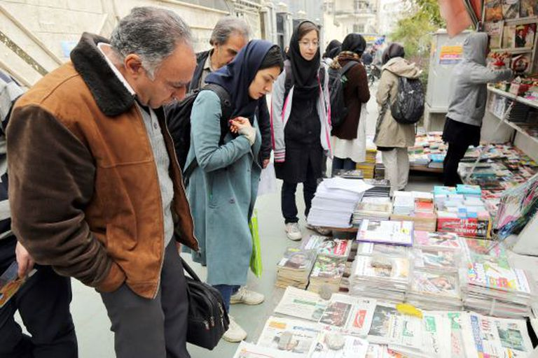 Iranianos leem as primeiras páginas dos jornais neste domingo em Teerã.