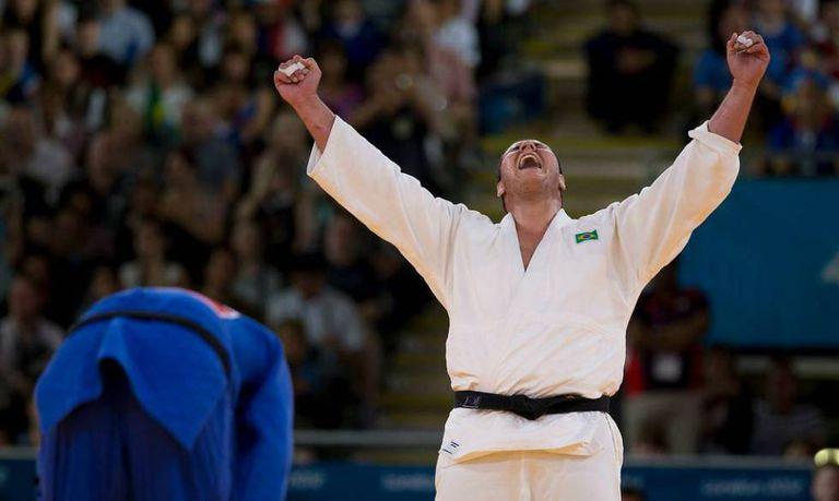 Rafael Silva comemora a vitória sobre o sul-coreano Kim Sung-Min, que lhe garantiu o bronze olímpico em 2012.