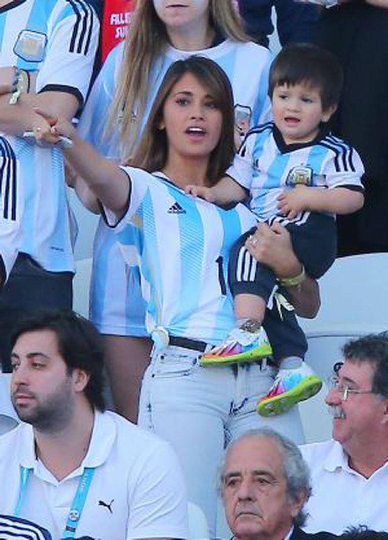 Antonella com seu filho Thiago na Copa de 2014.