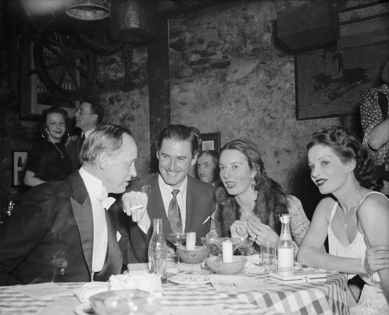 Errol Flynn, no centro, durante um jantar com amigos em um clube de Washington, em 1939.