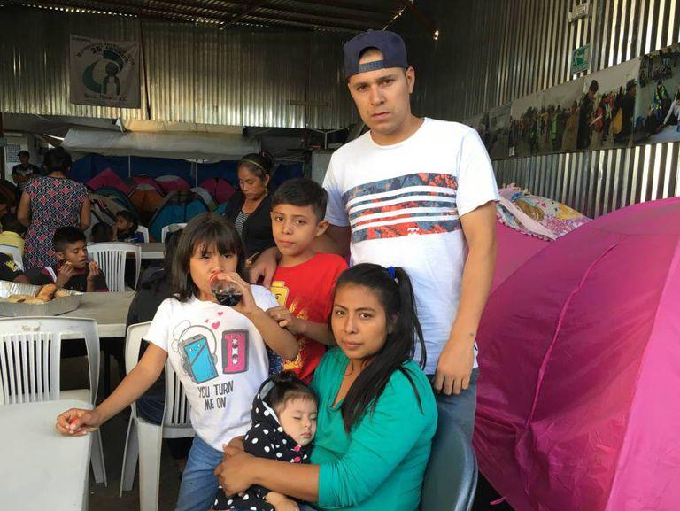 Carmen, Josué e seus três filhos, na segunda-feira em Tijuana. São salvadorenhos e esperam pedir asilo nos Estados Unidos.