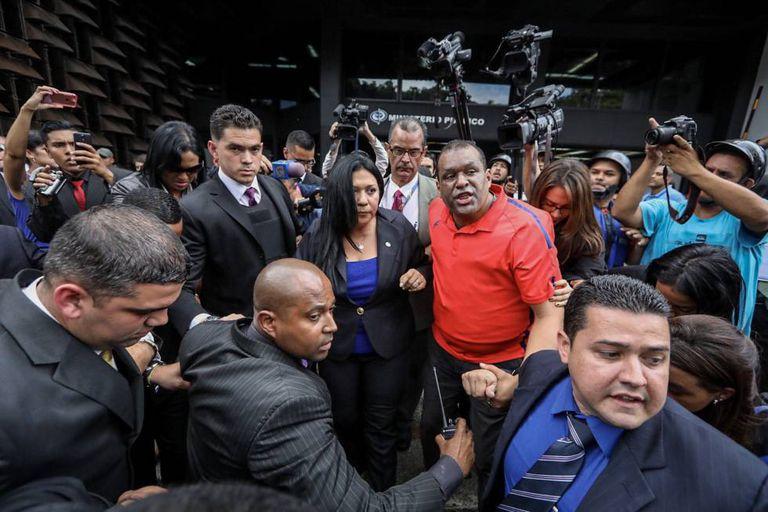 A procuradora-geral-adjunta Katherine Harrington tenta entrar na sede do Ministério Público em Caracas.